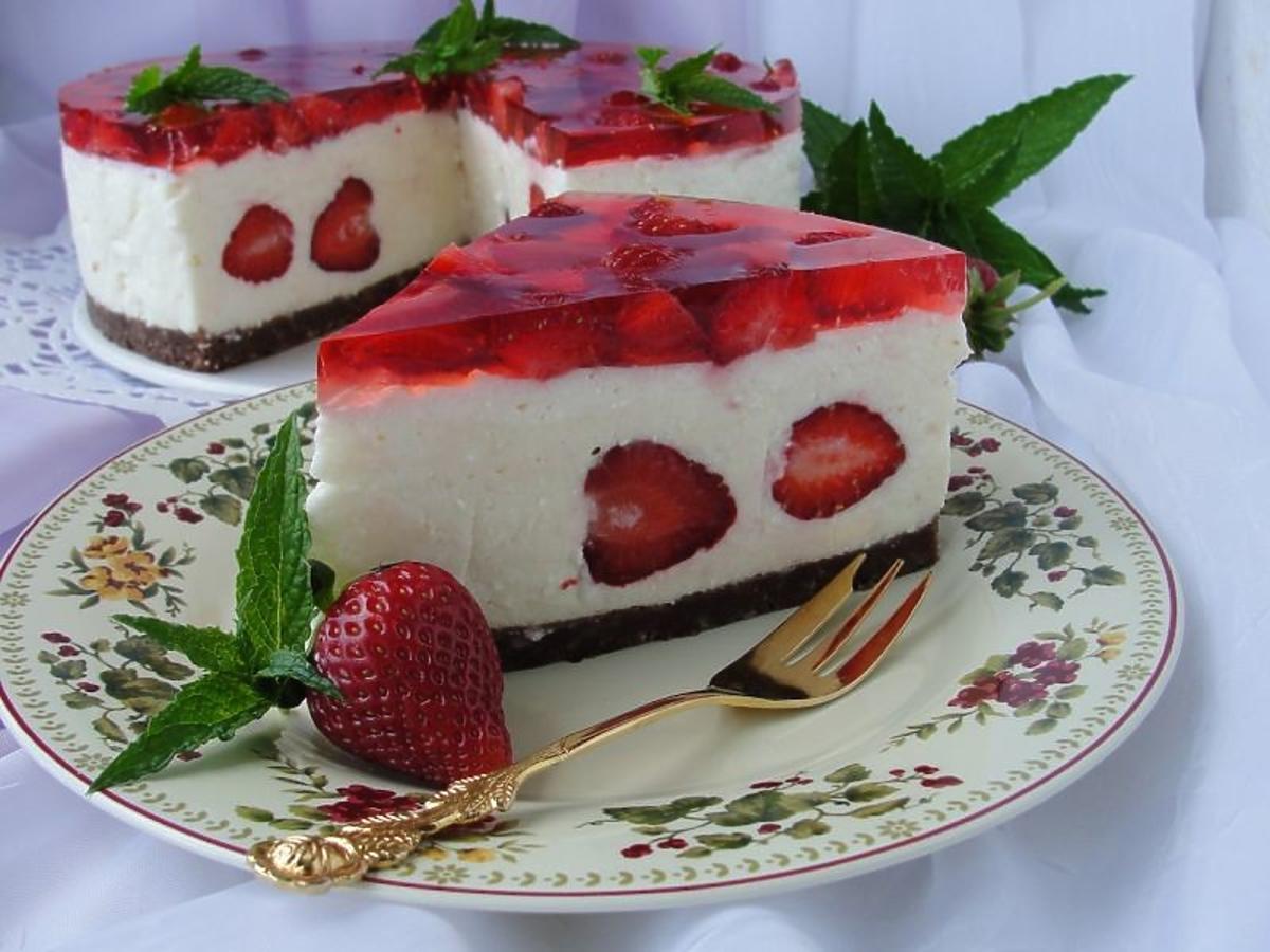 Przepis na sernik na zimno z truskawkami. Proste ciasto bez pieczenia