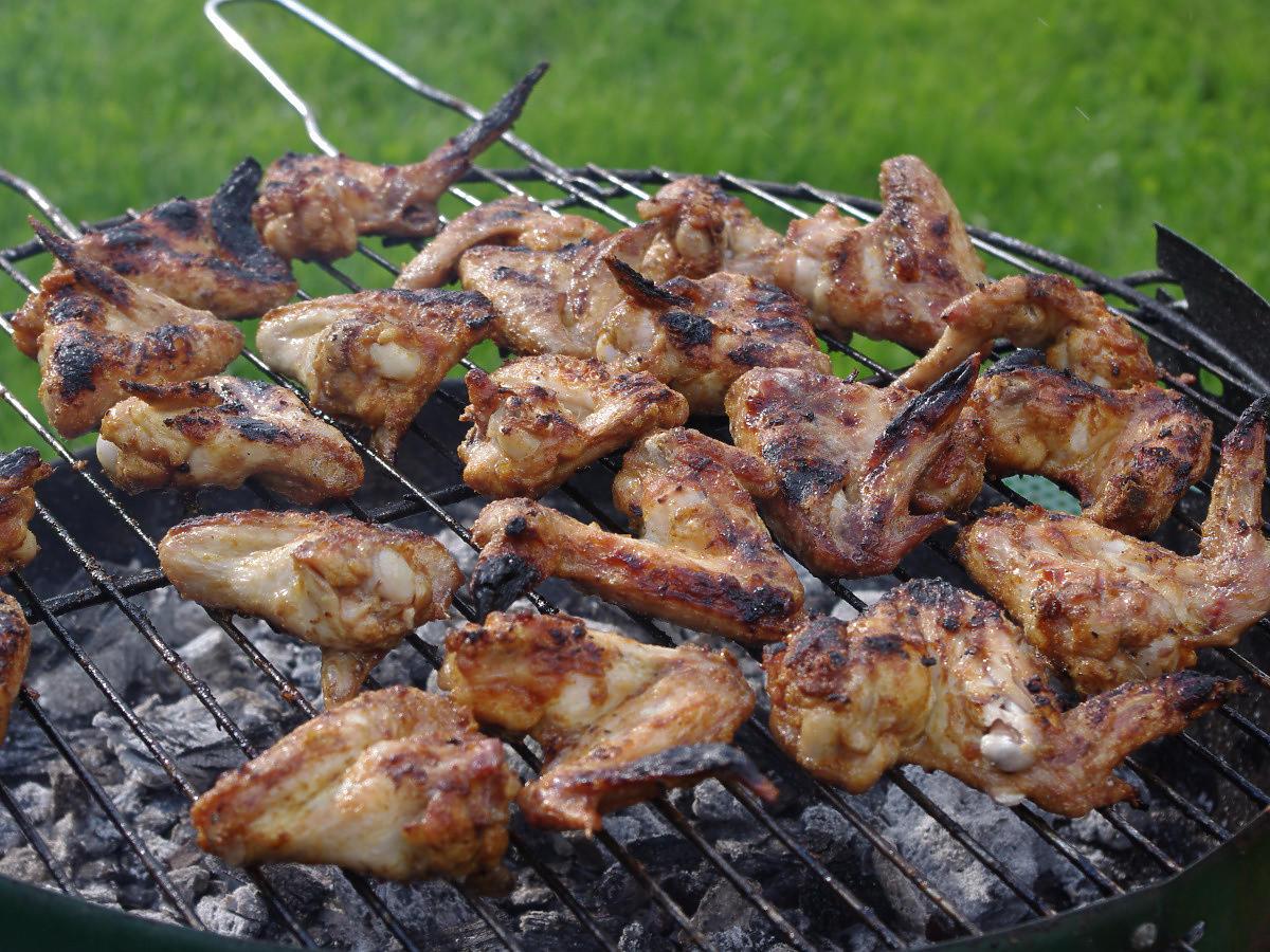Przepis na skrzydełka z grilla w miodzie. Chrupiące i soczyste