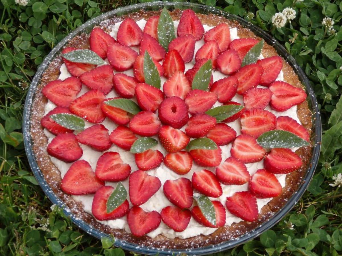 Przepis na tartę z mascarpone i truskawkami. Pyszna i delikatna
