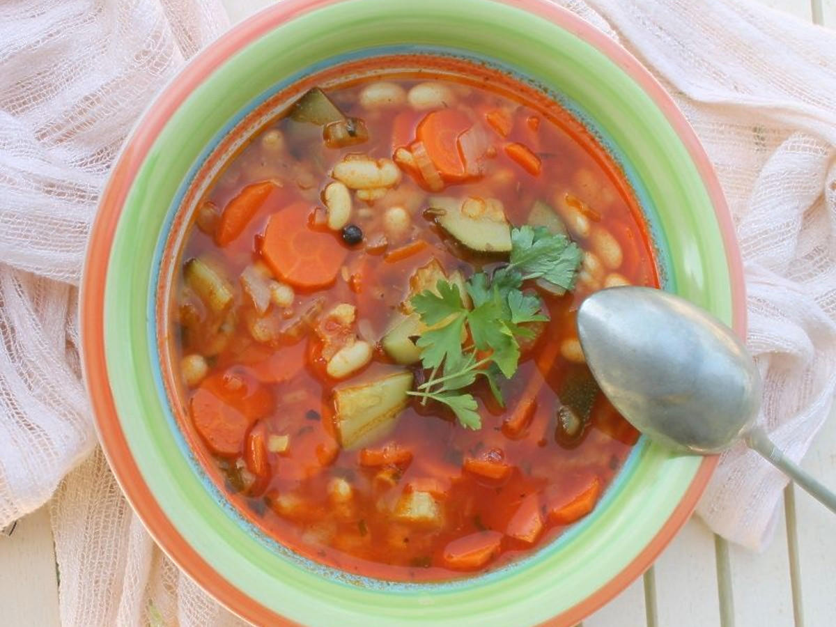 Przepis na włoską zupę minestrone. Lekka warzywna zupa na wiosnę