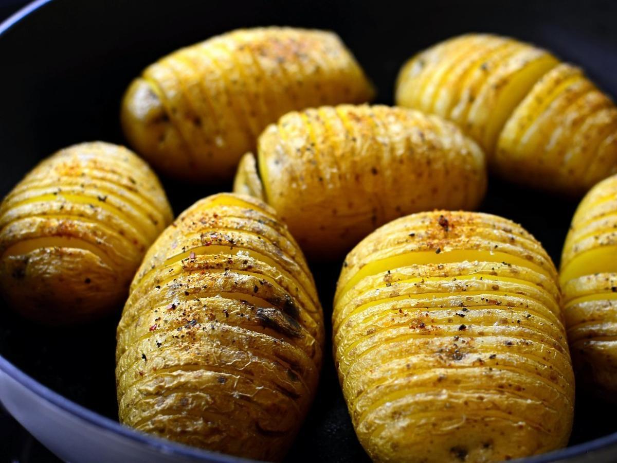Przepis na ziemniaki pieczone hasselback. Obłędny szwedzki dodatek do obiadu