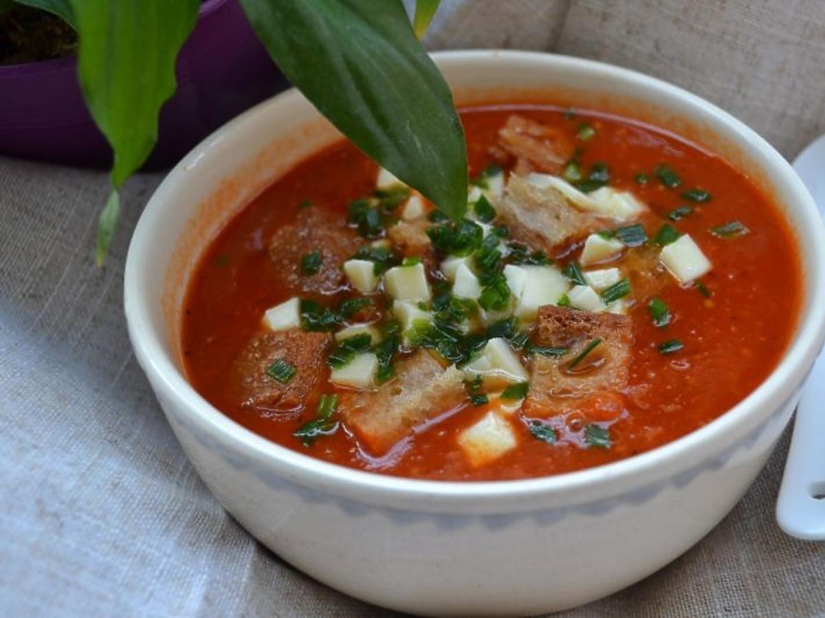 Przepis na zupę krem z pomidorów z grzankami. Lekka i pełna smaku