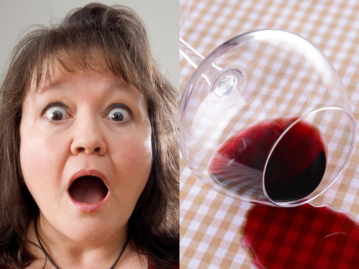 Przerażona kobieta plama z czerwonego wina