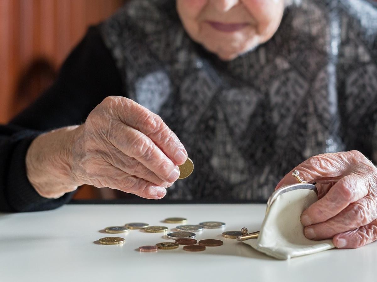 """Przybywa emerytów pobierających """"głodowe"""" świadczenia. Nie uwierzycie, ile wynosi najniższa pensja. Czy da się za to kupić jedzenie?"""