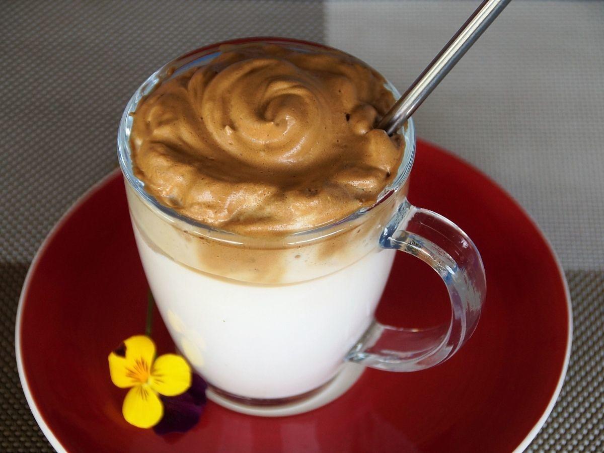 Puszysta kawa Dalgona jest hitem internetu. Zrobicie ją z 3 składników, bez żadnych sprzętów
