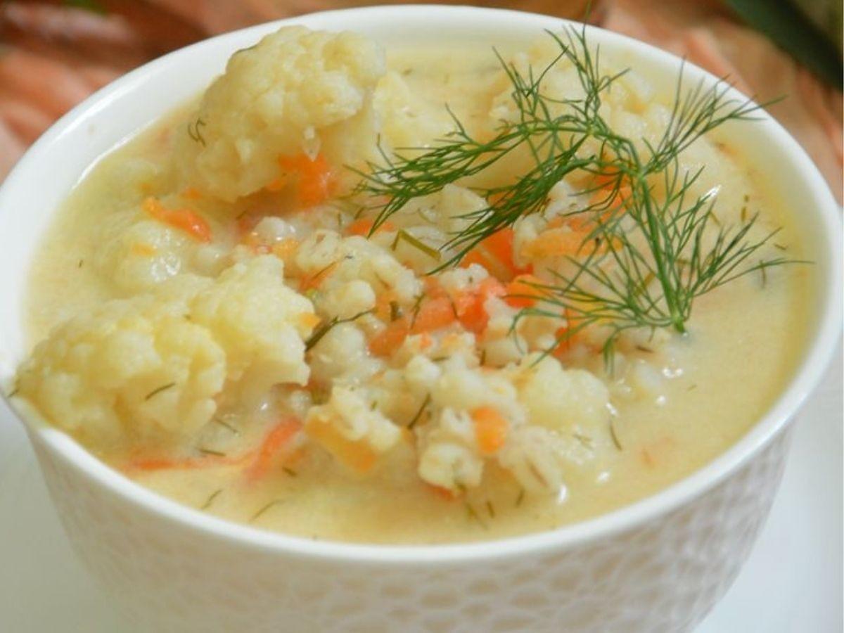 Pyszna zupa kalafiorowa z kaszą. Idealny letni obiad na upały