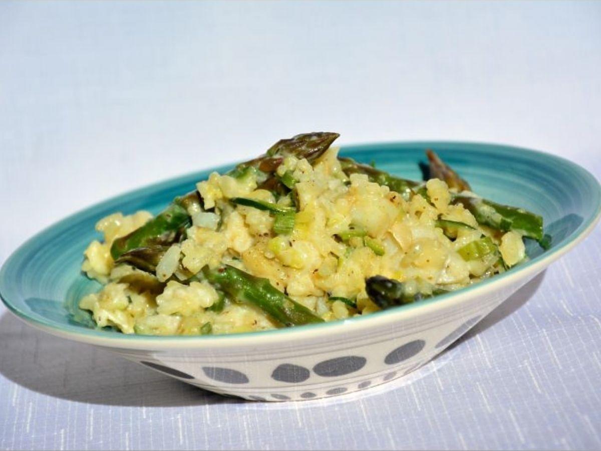 Pyszny przepis na danie ze szparagami. Zróbcie to kremowe risotto. Niebo w gębie!