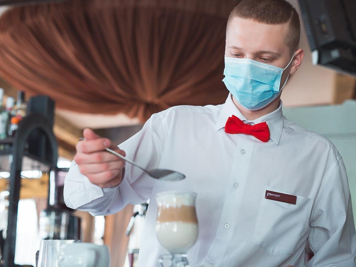 Restauracje otwarte, ale nie ma komu pracować. Jak gastronomia poradzi sobie po pandemii?