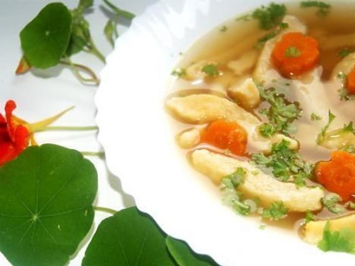 Rosół lubczykowy z kluskami z parmezanu. Przepis na niebanalny rosół