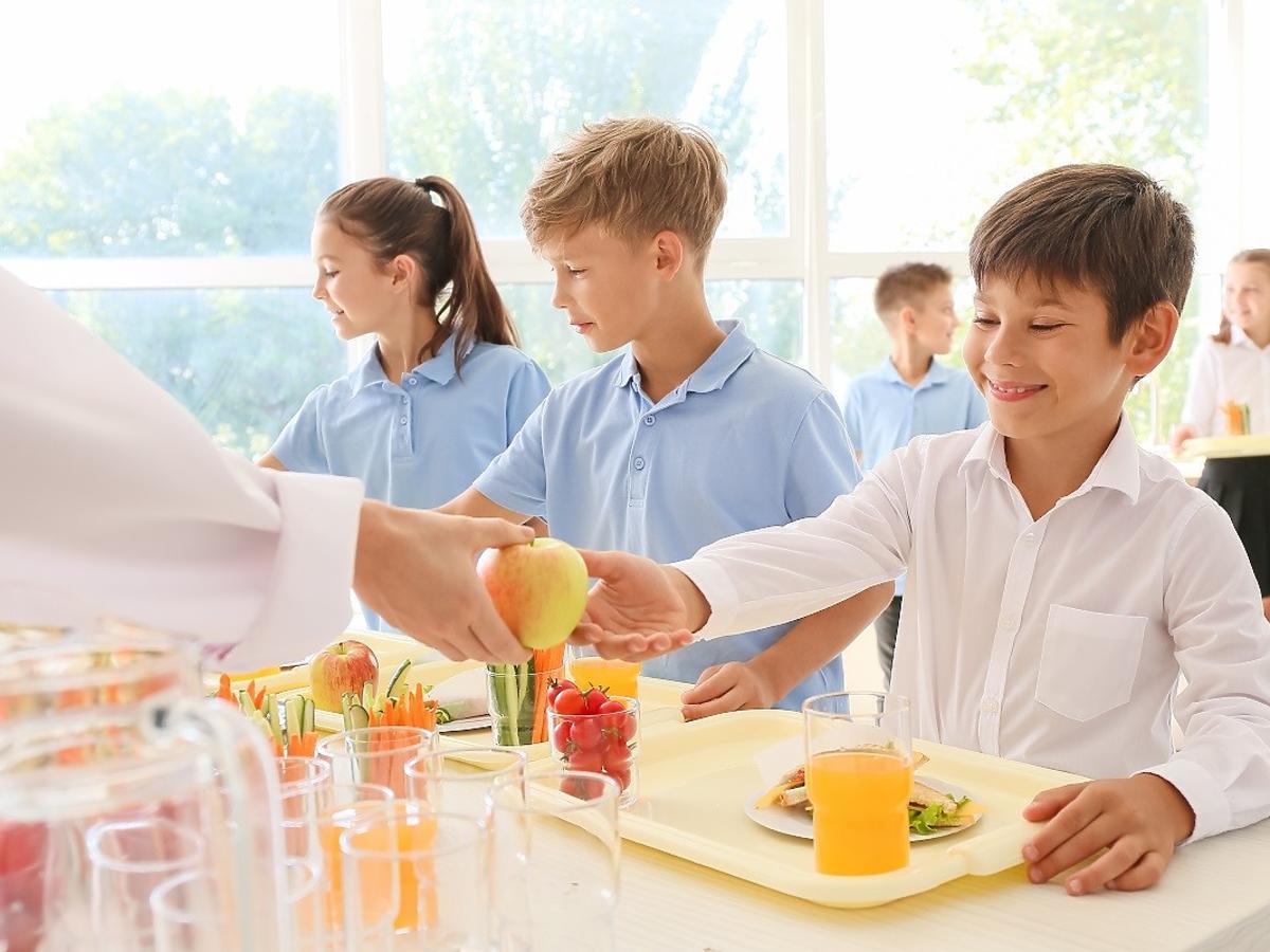 Rząd obniża stawki dla dostawców. Koniec ze zdrową żywnością w szkołach?