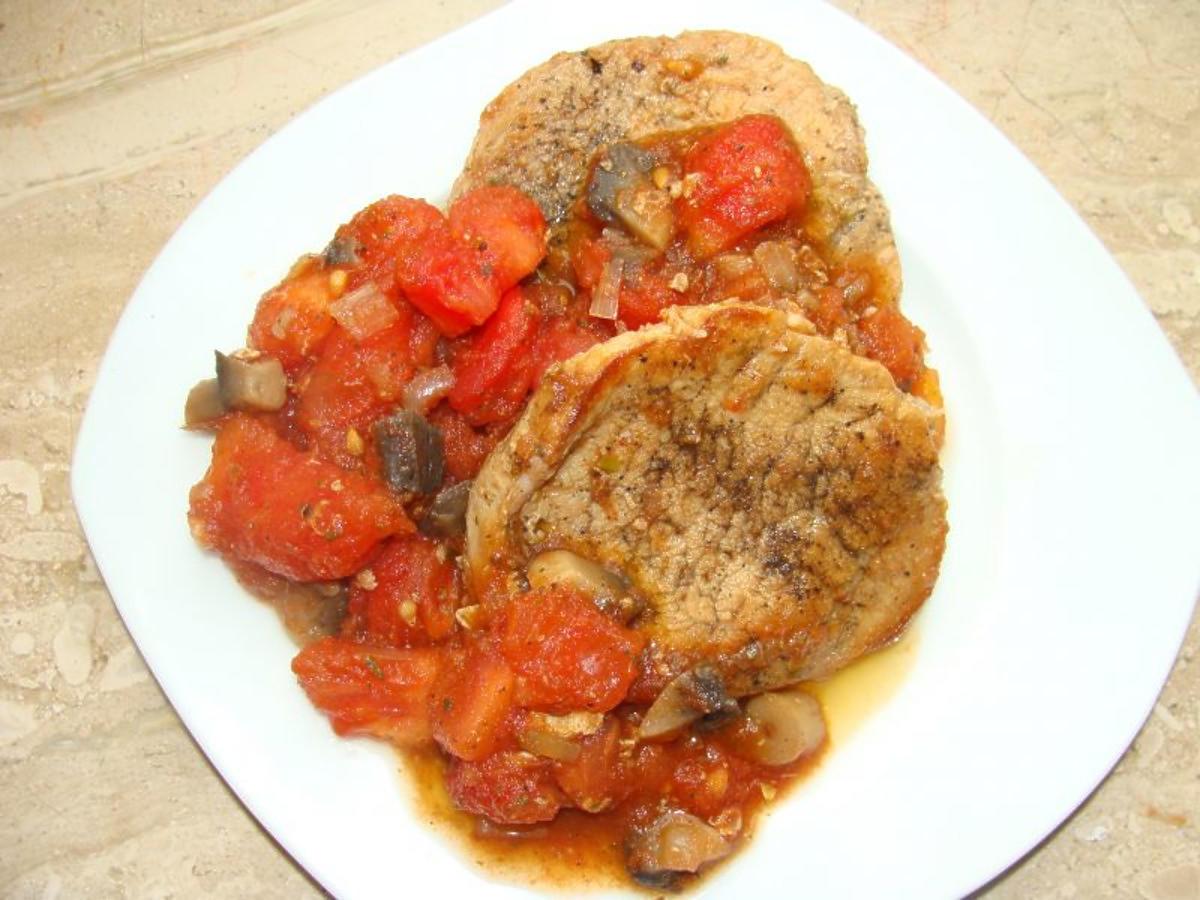 Schab duszony w pomidorach. Z tego przepisu wyjdzie naprawdę miękki