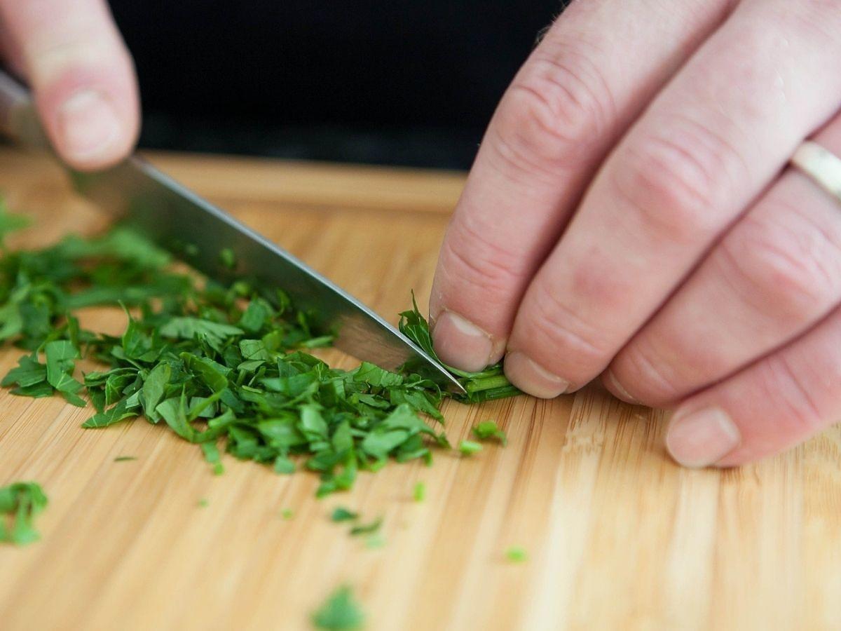 Siekacie nożem to zioło? W kontakcie z metalem może wydzielać toksyczne substancje