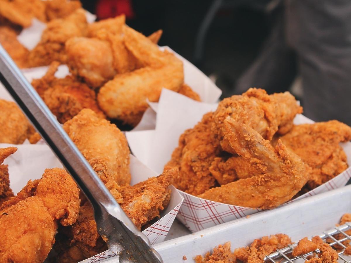 Skąd KFC bierze mięso kurczaka? Prawda może szokować!