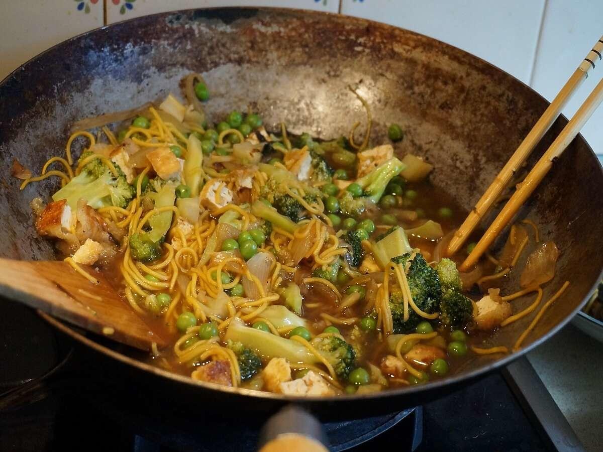 Smażony makaron w warzywami. Prosty obiad w kilka minut
