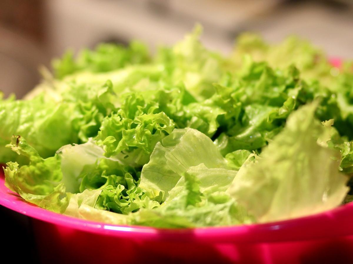 Sposób na odświeżenie sałaty