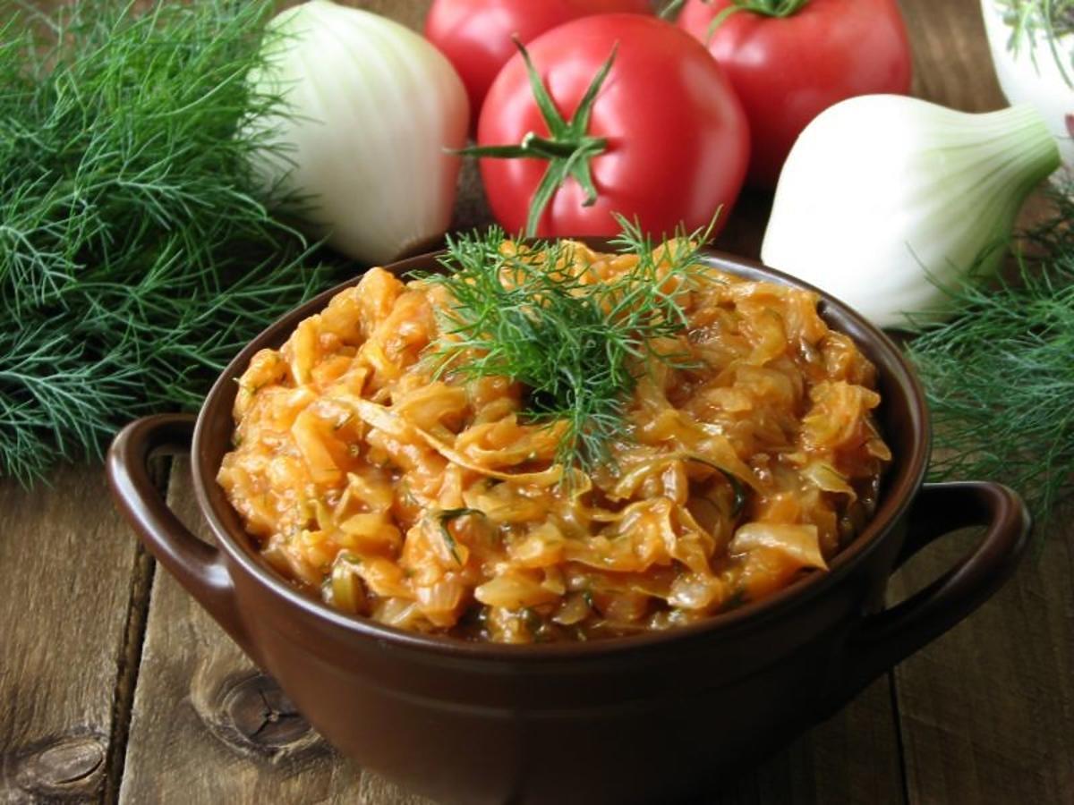 Sprawdzony przepis na duszoną kapustę z pomidorami. Idealnie pasuje do obiadu