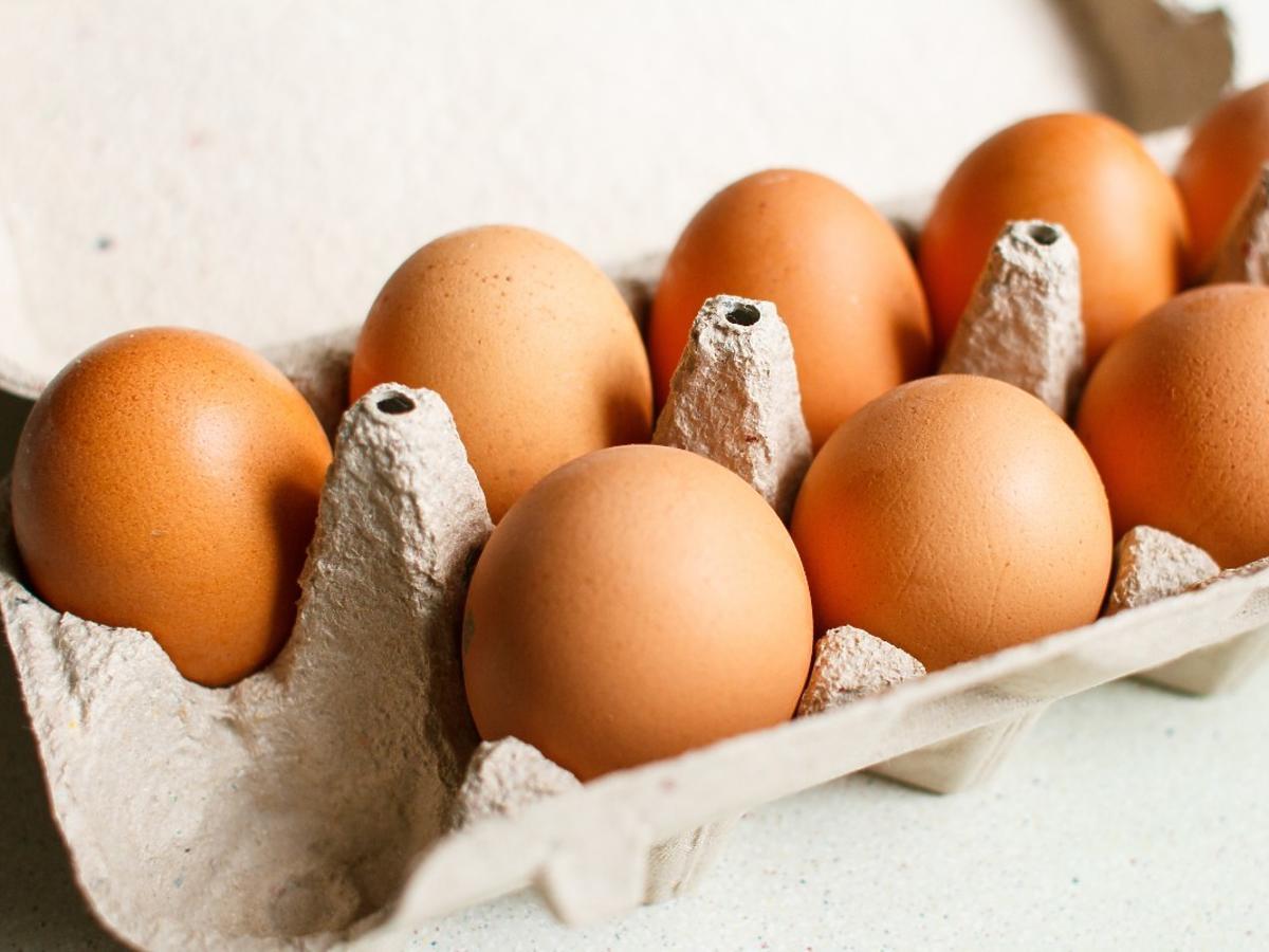 Średnio 1 na 1000 jaj jest skażone salmonellą. Jest na to prosty sposób. Wystarczy 1 trik