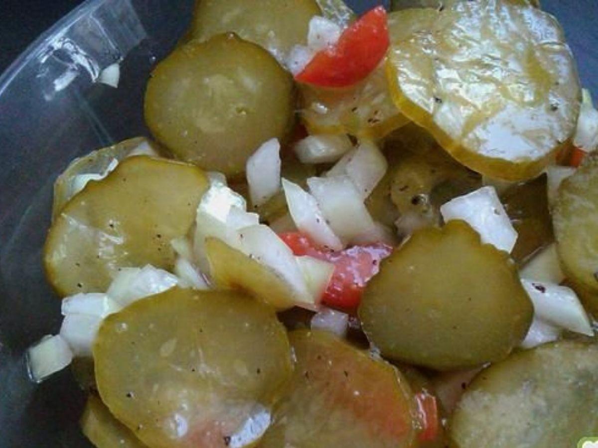 Surówka z kiszonych ogórków to świetny dodatek do obiadu. Dodajcie 1 składnik a będzie jeszcze lepsza