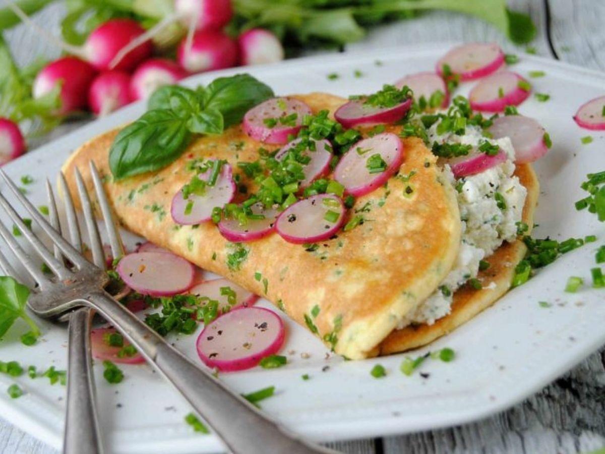 Świetny pomysł na wykorzystanie młodych warzyw. Zróbcie ten wiosenny omlet na śniadanie