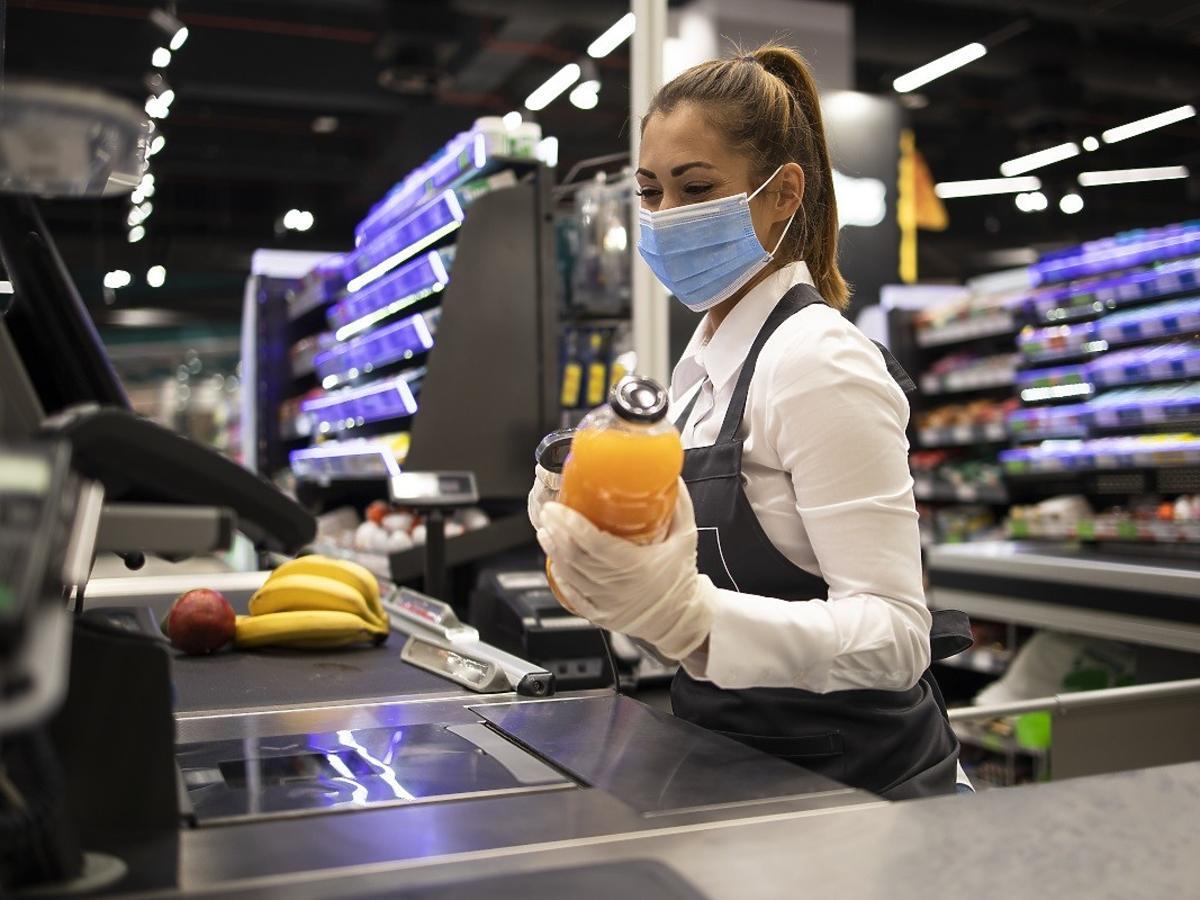 """Szokujące wyznanie kasjerki ze sklepu: """"Klienci nam ubliżają, zostawiają zakupy"""". Jak zmieniła nas pandemia?"""