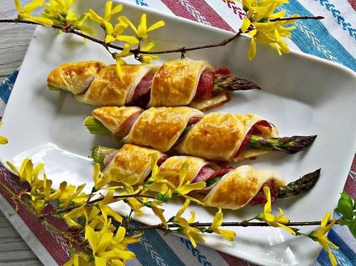 Szparagi w cieście francuskim z boczkiem. Dobre na obiad i jako przekąska