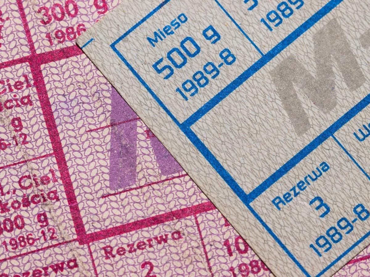 Ten niepozorny, szary kartonik, w PRL-u był cenniejszy od pieniędzy. Kto go miał?