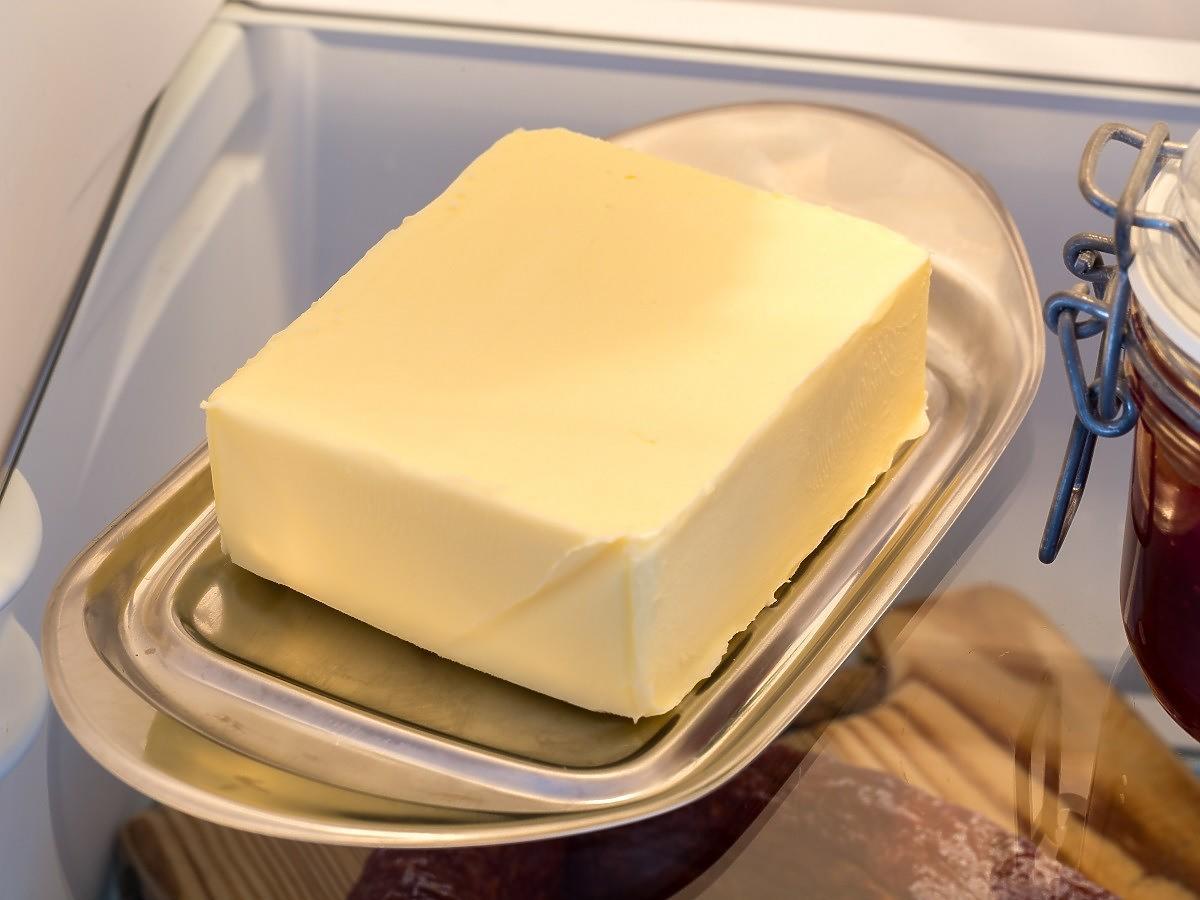Trzymajcie w lodówce masło w wodzie z solą. Genialny patent