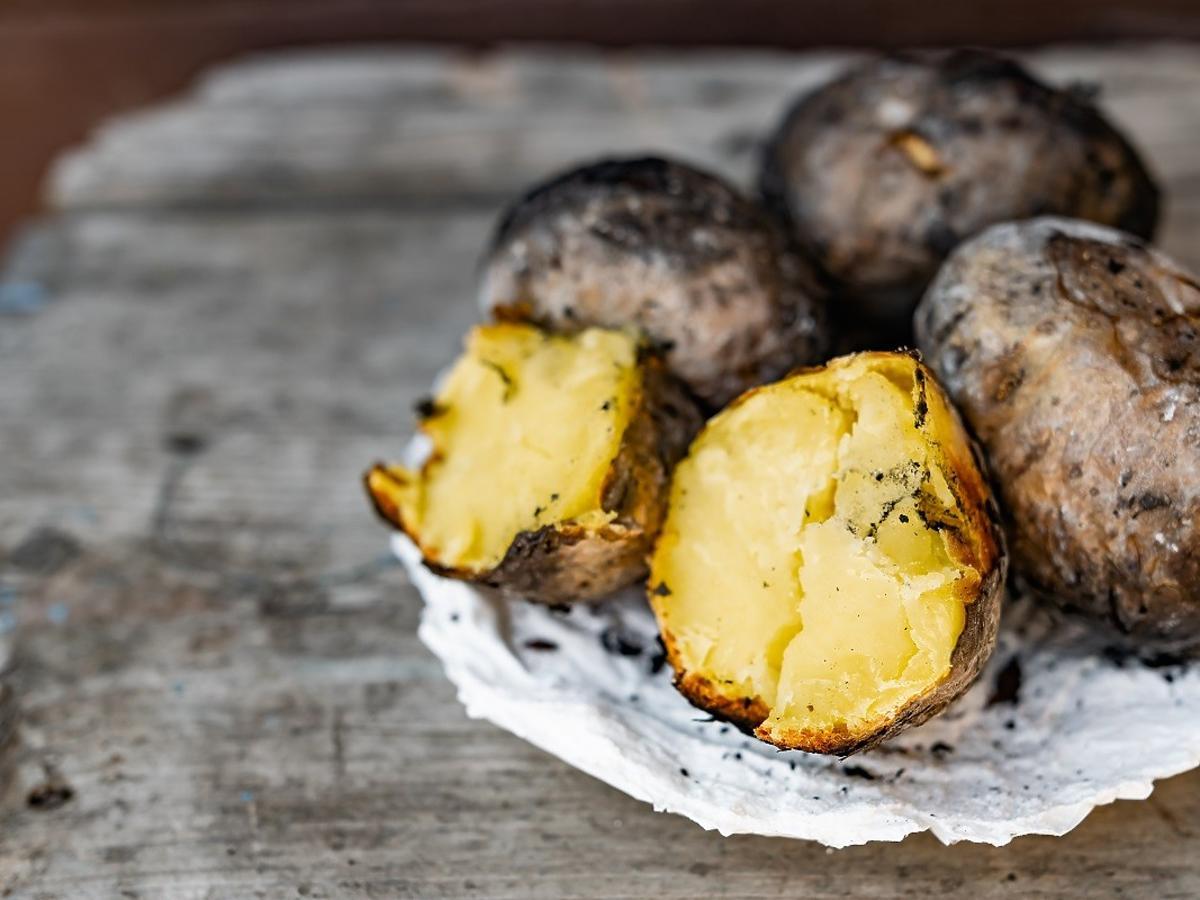 Upieczcie tak ziemniaki, a będą smakować jak te z ogniska. Doskonałe do obiadu