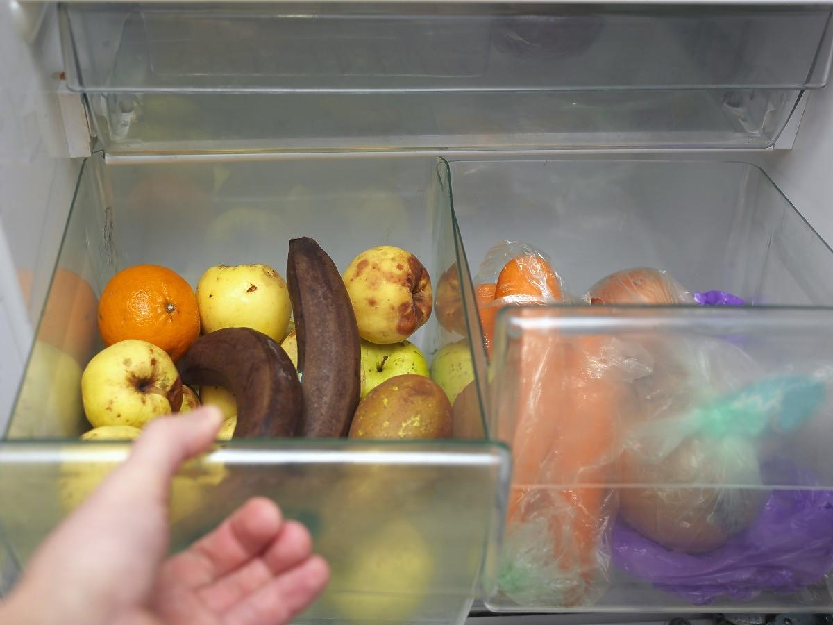 Warzywa i owoce psują się wam w lodówce? Włóżcie tam ten 1 przedmiot z kuchni i będzie po kłopocie
