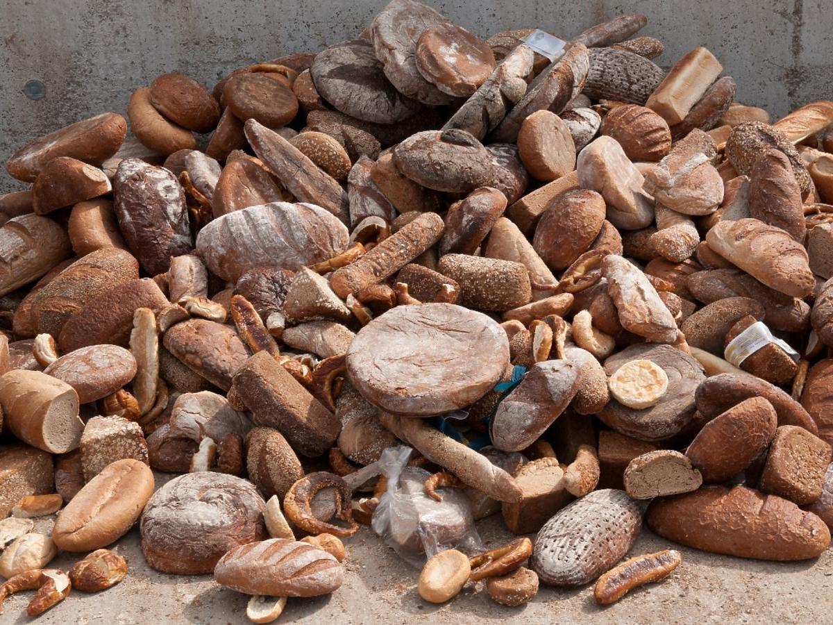 Większość Polaków wyrzuca pieczywo. Co stało się z piękną polską tradycją szacunku do chleba?