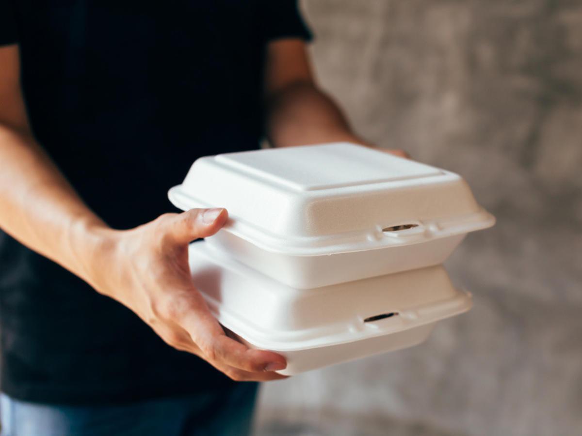 Właścicielerestauracji karmią nas przeterminowanym jedzeniem? Wyniki kontroli sanepidu zatrważają