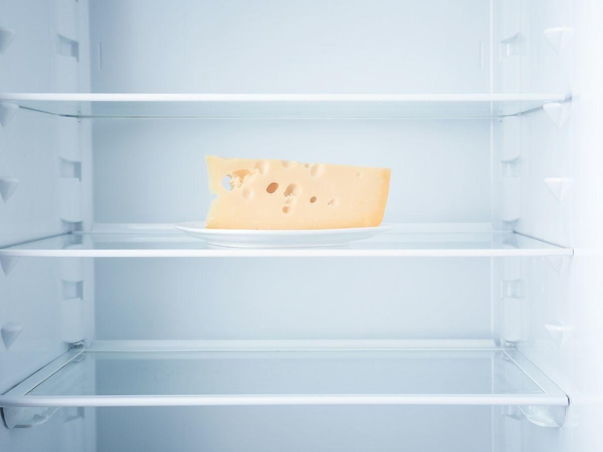 Włóżcie na kilka minut żółty ser do zamrażalnika. Prosty trik, który bardzo ułatwia gotowanie