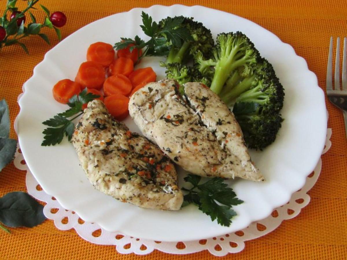 Zdrowy i niskokaloryczny kurczak na parze. Doskonały na wiosenny obiad