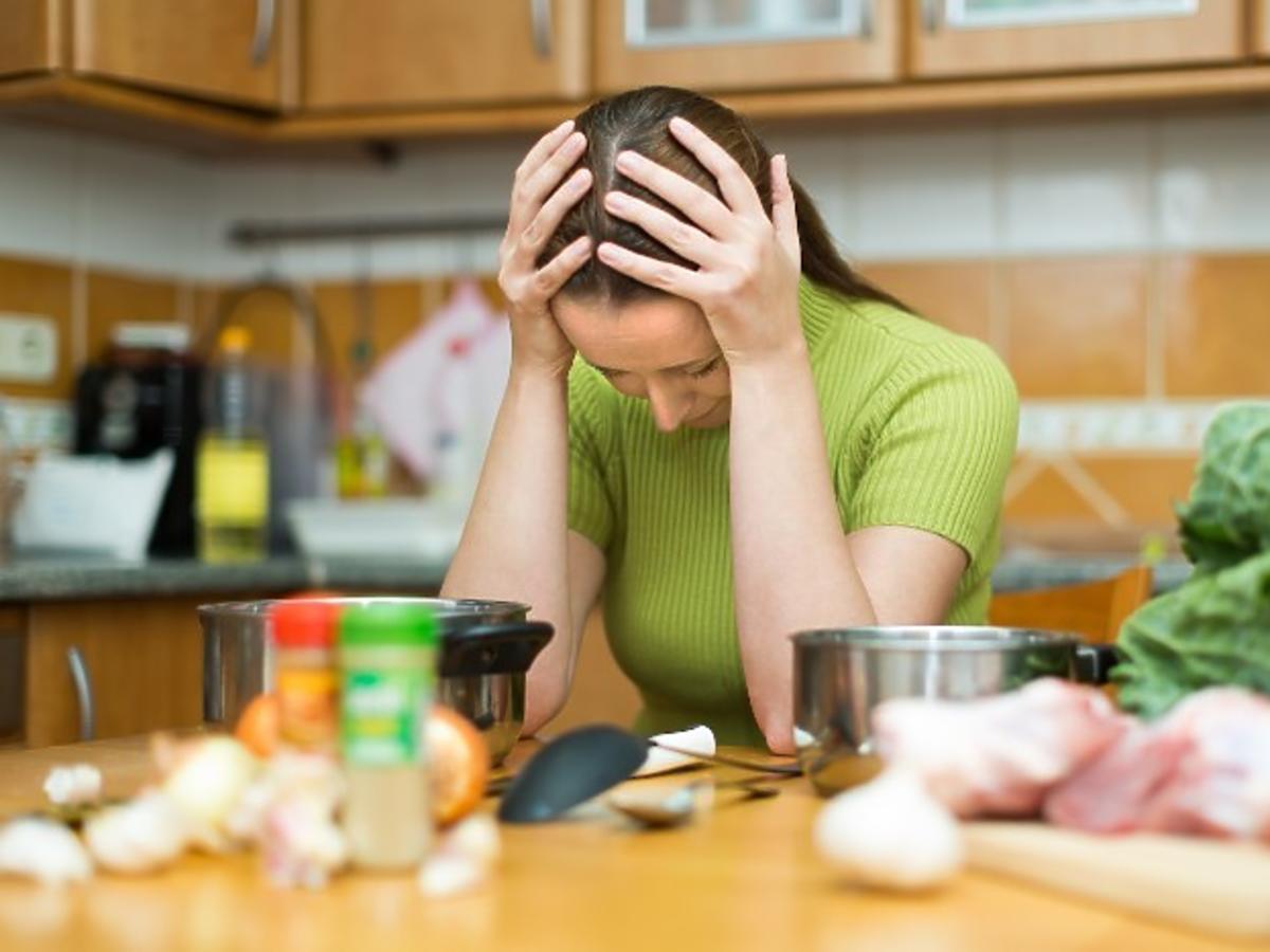 Zmęczona kobieta w kuchni