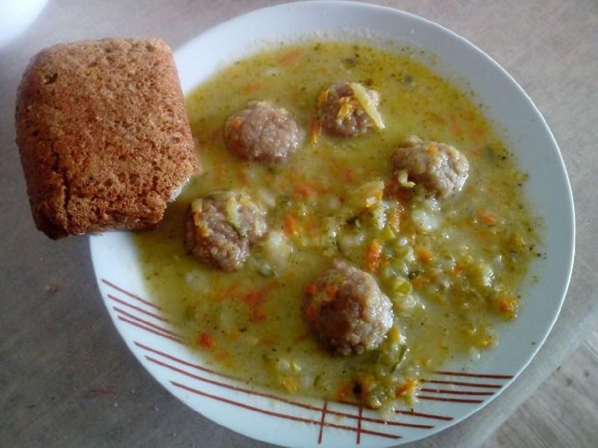Zupa ogórkowa z pulpecikami. Dodajcie pajdę chleba a nie będziecie już potrzebować 2 dania