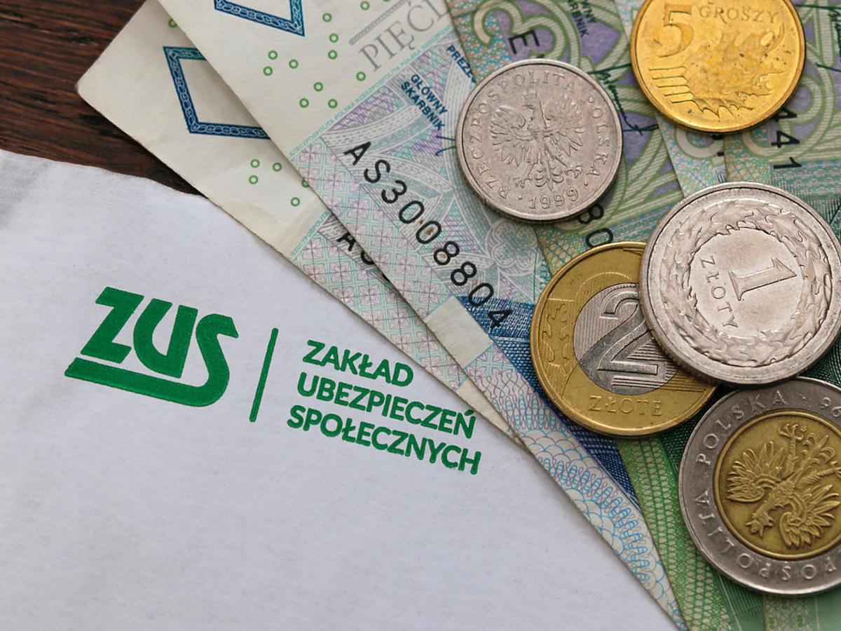 ZUS przejmuje obsługę 500+. Urzędnicy nie będą wypłacać świadczeń? Co z chlebem dla polskich rodzin?